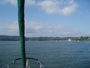 Somewhere in front of us, we need to cross the entrance without getting stuck between the sea and the Rio Dulce river.